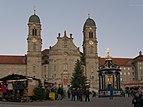 Einsiedeln Hauptplatz Weihnachtsmarkt Dämmerung.jpg