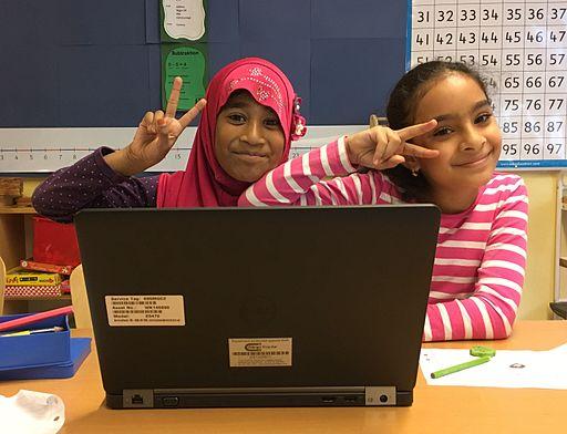 Elever som arbetar med laptop