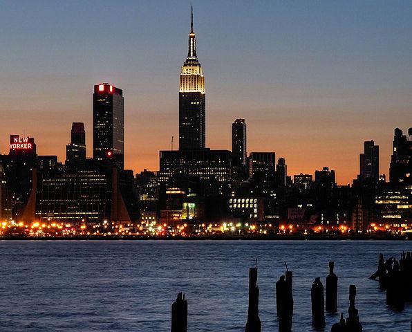 会在每年春节期间晚上点亮象征吉祥的红、黄两色彩灯.在91高清图片