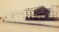Estação de Santa Apolónia em Lisboa, numa fotografia de Augusto Xavier Moreira (c. 1865).png