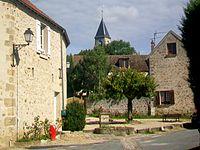 Frémainville (95), fontaine de la place Albert-Hamot, vue sur l'église.jpg