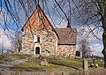 Frötuna kyrka i vårsol.jpg