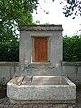 Friedhof Sissach, Brunnen, Terrakotta Relief von 1919 oder 1924 von Jakob Probst (1880–1966), Bildhauer.jpg