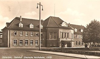 """Gütersloh Hauptbahnhof - The station building opened in 1925, the """"Gütersloh Reichsbahn"""" station existed in this form for only 20 years: the lobby and the right wings were destroyed in 1945."""