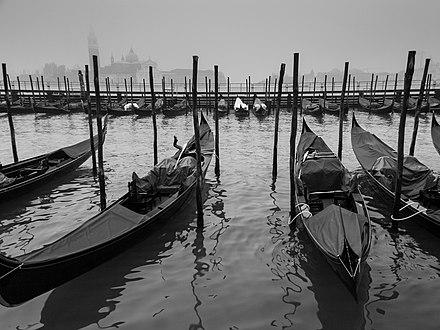 0baa927a224  18 Gondolas at their moorings
