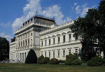 グラーツ大学。大学図書館はこの中心となる建物の後方に位置する。 グラー... グラーツ大学図書館