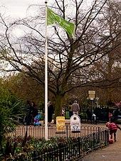 Grønt flagg utstilt i Manor Park.jpg