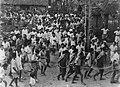 Groep IIndonesische mannen wordt met touwen geboeid en onder bewaking afgevoerd , Bestanddeelnr 8806.jpg