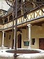 Hôtel-Dieu de Beaune - Cour d'Honneur - well (35654893835).jpg