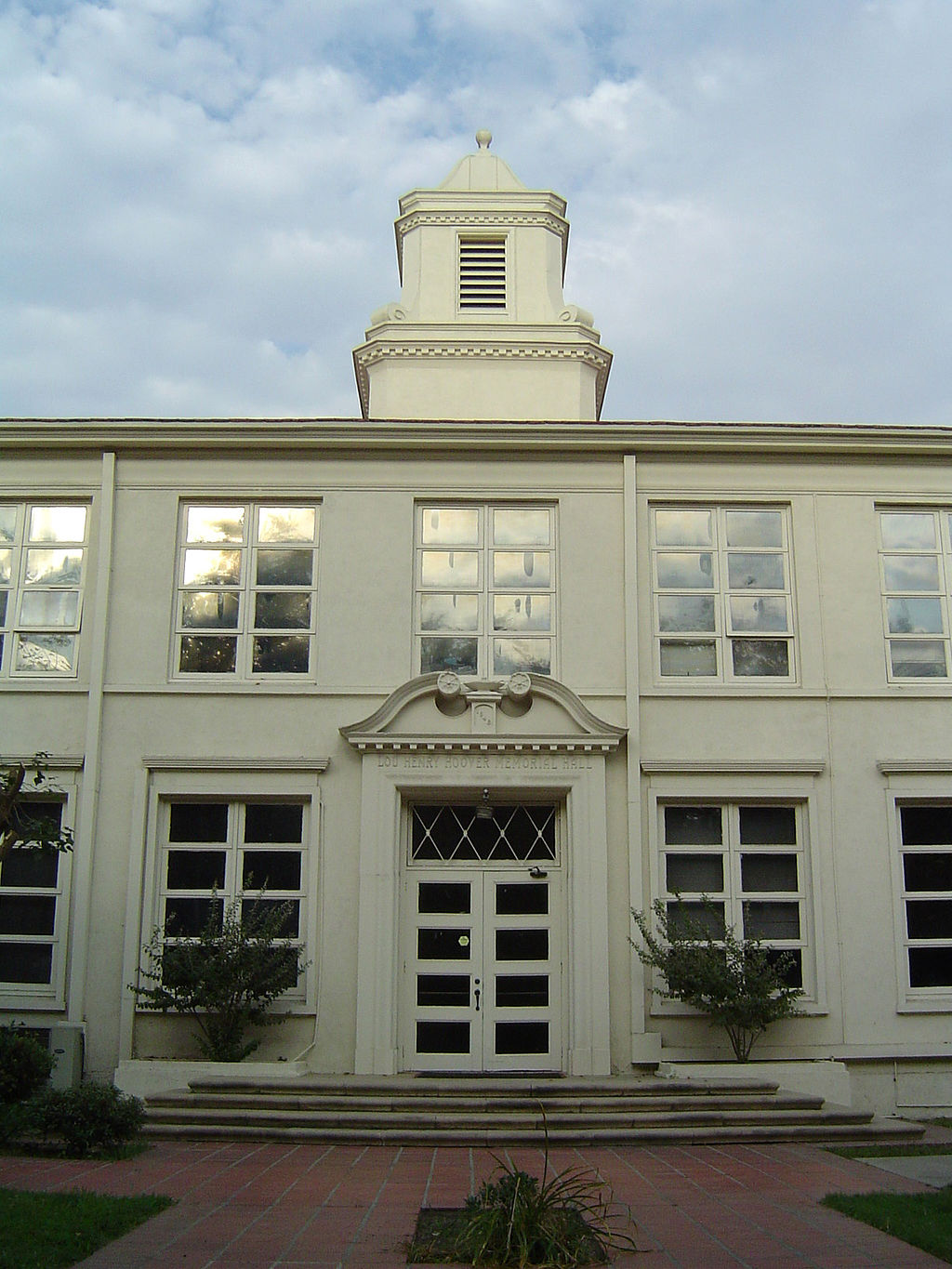 https://upload.wikimedia.org/wikipedia/commons/thumb/e/e7/Hoover_Hall_whittier.jpg/1024px-Hoover_Hall_whittier.jpg