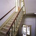 Interieur, overzicht van een gedeelte van de trap met trapleuning met opengewerkte gietijzeren balusters, in het linker trappenhuis - Tilburg - 20388706 - RCE.jpg