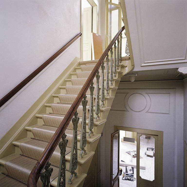 File interieur overzicht van een gedeelte van de trap met trapleuning met opengewerkte - Vervoeren van een trappenhuis ...