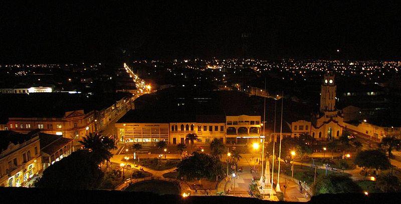 File:Iquitos en la noche.JPG