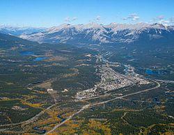 Vista de Jasper, Alberta, e das Montanhas Rochosas.