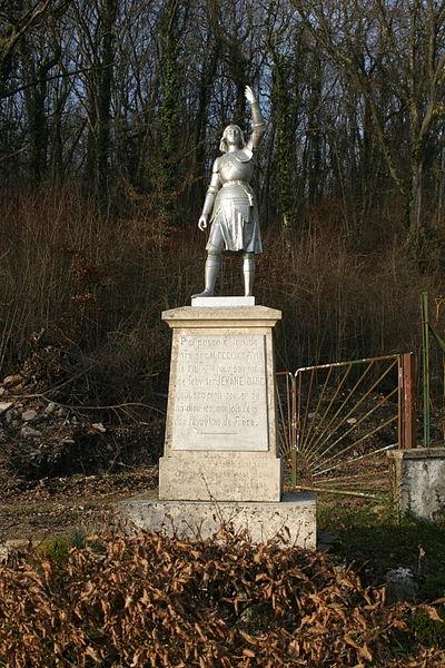 """Statue en pied, en armure, érigée le 22 août 1899 par Albert & Berthe MALLOUE. Cette statue de Jeanne d'Arc, est située entre Void-Vacon et Sauvoy, au lieu-dit """"le Chalet"""", sur l'ancienne voie romaine n°7, baptisée à cet endroit """"chemin de la pucelle"""", car selon la tradition, Jeanne d'Arc aurait suivi cette route pour se rendre à Chinon y offrir ses services à Charles VII.  Ceci est rappelé dans l'inscription figurant sur le socle de la statue:  Ci passa en l'an de notre Seigneur 1428 le 13ème jour du mois de fébvrier JEHANNE DARC quant s'en aloit bouter au nom de Dieu les anglais fors dou royaulme de France.  (1428 selon l'ancien calendrier où l'on comptait l'année à partir de la fête de Pâques. Selon le calendrier utilisé actuellement, où le changement d'année se fait au 1er janvier, cette date correspond à 1429.)  la statue ,qui à été érigée et payée à l' époque par des anciens propriétaires du domaine de béhilleux est un bien privé et se trouve à l' intérieur d'une propriété privée!"""