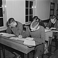 Jongens in schoolbanken, Bestanddeelnr 900-9425.jpg