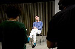 """Kenneth Goldsmith, artífex d'Ubuweb i col·leccionista convidat a la sèrie """"Memorabília. Col·leccionant sons amb..."""", durant l'enregistrament d'una càpsula de vídeo per al CCCBLab..jpg"""