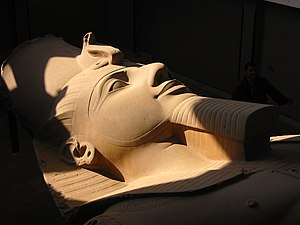 Estatua del Faraón Ramses II en Menfis