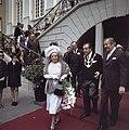 Koningin Juliana en prins Bernhard verlaten het stadhuis van Bonn rechts Oberbü, Bestanddeelnr 254-9005.jpg
