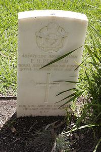 Leading Aircraftman P H Penfold gravestone in the Wagga Wagga War Cemetery.jpg