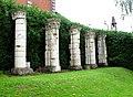 Longpré-les-Corps-Saints colonnes près de l'église 1.jpg