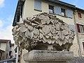 Lucenay - Sculpture vigne fontaine (sept 2018).jpg
