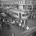Luilak in Amsterdam, de jeugd versperde de trambaan in de Van Woustraat, Bestanddeelnr 915-2138.jpg