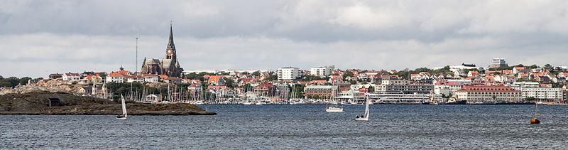 Lysekil har set fra Skaftö.   Fotoet taget i nordlig retning.