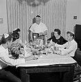 Maaltijd aan het begin van de sabbat. De vader staat aan het hoofd van de tafel , Bestanddeelnr 255-4714.jpg