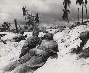 Морская пехота наступает на японские ящики для пилюль, Тарава, ноябрь 1943 г. (10962107133) .jpg