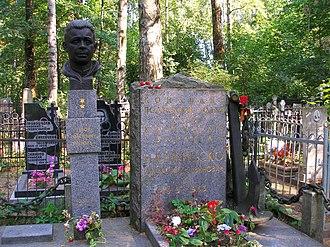 Alexander Marinesko - Marinesko's tomb in Bogoslovskoye Cemetery