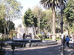 Fountain depicting the drinking coyotes that gave the town its name at the Jardín Centenario