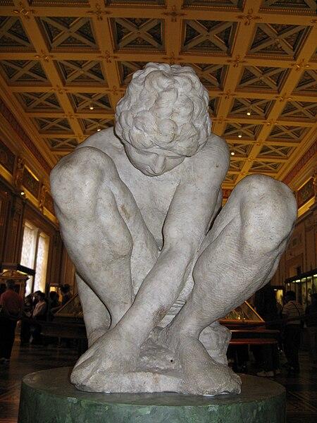 Archivo: Michelangelo Buonarroti-Crouching-Boy-Hermitage.jpg