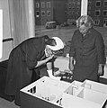 Minister dr MAM Klompe bracht bezoek aan werkwoning in Tuindorp (Osdorp Amst, Bestanddeelnr 914-1803.jpg