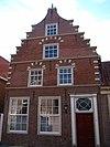 foto van Huis met trapgevel in haarlemse trant, blijkens jaartal onder de topbekroning daterend