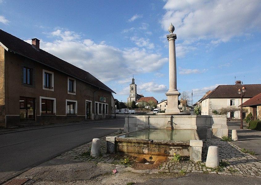 Fontaine, fruitière et église de Myon (Doubs).