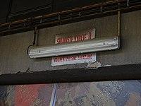 Nákladové nádraží Žižkov, skladiště výdeje D, zářivka a tabulky.jpg