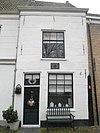foto van Huis onder dezelfde kap met nr 5; gepleisterd rechtgesloten geveltje