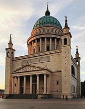 Potsdamer Nikolaikirche von 1837, mit der bis 1850 durch die Schinkel-Schüler Ludwig Persius und Friedrich August Stüler vollendeten Kuppel (Quelle: Wikimedia)