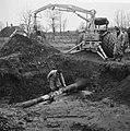 Ontploffing in aardgasleiding bij Nijkerk, een der arbeid bezig met de reparatie, Bestanddeelnr 917-4058.jpg