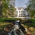 Overzicht achtergevel van het landhuis met beek - Staverden - 20348950 - RCE.jpg