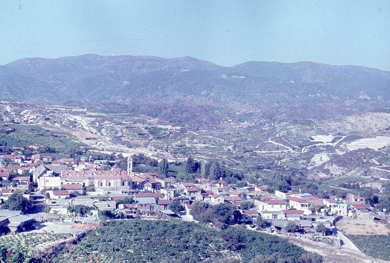 File:Panorama miasteczka - Omodos - 001944s.jpg
