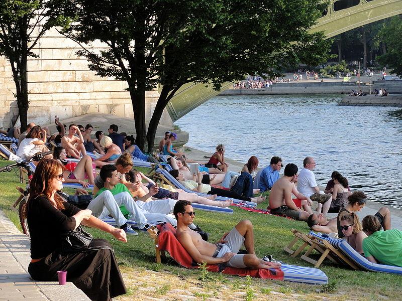 Precisa levar roupa de frio para Paris em julho?