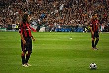 Pirlo, con la maglia del Milan, in attesa di calciare una punizione, pezzo forte del suo repertorio balistico.