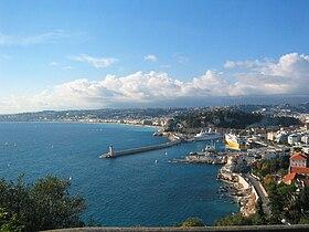 Le port de Nice et, plus loin, la promenade des Anglais