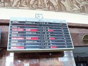 File:Praha-Smíchov, tabule odjezdů a hlášení, 2014-09-13.ogv