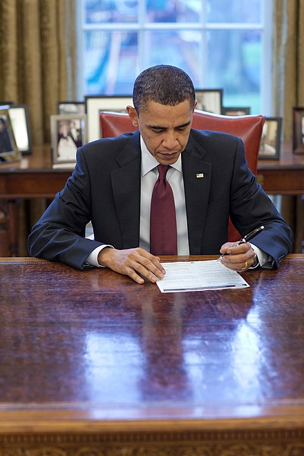 U.S. President Barack Obama completing his census form in the Oval Office on March 29, 2010. 2010CensusBarackObamaOvalOffice.jpg