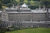 Duży, sześciokondygnacyjny budynek więzienny, zbudowany z granitu Dartmoor.
