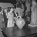 Prinses Beatrix opent antiekbeurs te Delft Prinses Beatrix en dhr J Schulman, Bestanddeelnr 915-2992.jpg