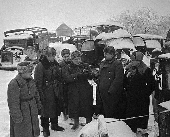 Командующий 16-й армией К.К.Рокоссовский (2-й слева), член Военного Совета А.А.Лобачев и писатель В.П.Ставский осматривают захваченную технику противника